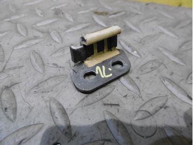Ľavý predný držiak lišty okolo skla 4F0853587C - Audi A6 C6 4F 2006 Avant Quattro 3.0 TDI 165 kW BMK HVE